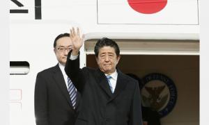 安倍首相羽田機場出發訪中